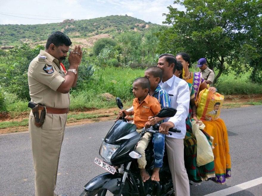 India, il poliziotto frustrato dalle infrazioni: prega per i 5 sulla stessa moto