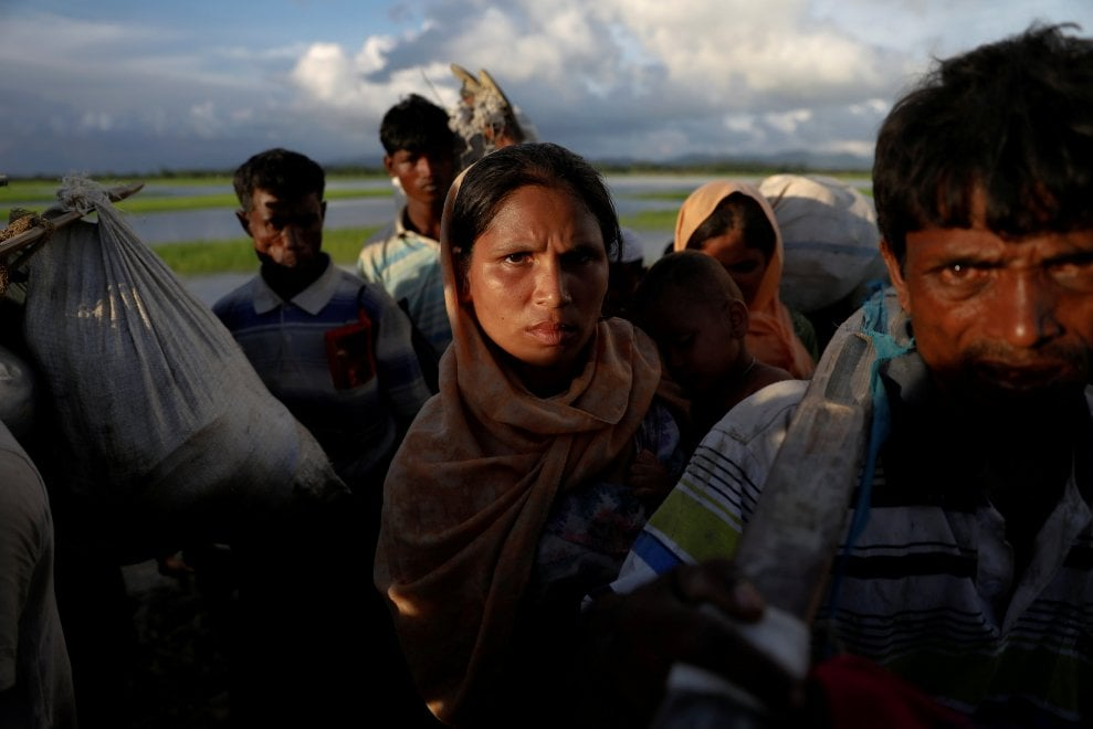 La lunga marcia dei Rohingya, migliaia in fuga dal Myanmar: fotoreportage tra i profughi in viaggio