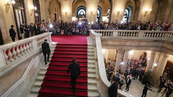 Catalogna in ansia per le parole di Puigdemont. Crepe nel fronte indipendentista, slitta il discorso