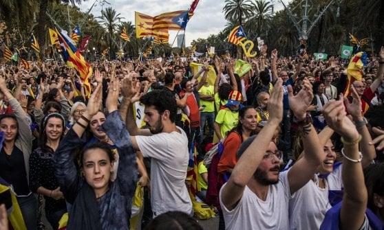 """Catalogna, Puigdemont: """"Sì all'indipendenza ma sospendiamola per negoziare"""". Madrid: """"Inammissibile"""""""