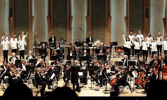 Geek Bagatelles. Al Romaeuropa Festival il concerto per orchestra e coro di smartphone
