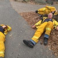 Incendi California, Vigili del fuoco stremati: dormono per terra alla fine del turno