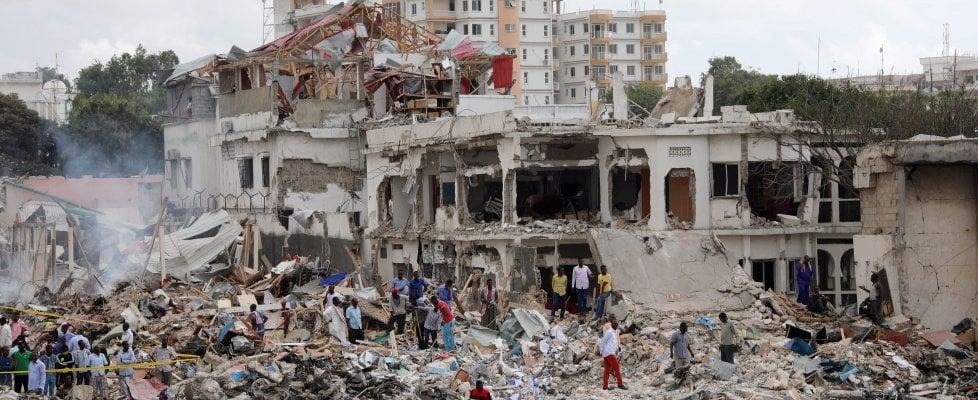 A Mogadiscio la strage degli ambulanti: oltre 270 vittime per attentato con un camion bomba
