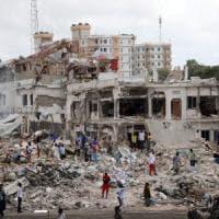 A Mogadiscio la strage degli ambulanti: oltre 270 vittime per attentato con un camion...