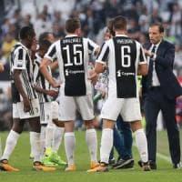 Juventus, dal rebus difesa ai ''casi' Douglas Costa-Higuain: Allegri chiamato