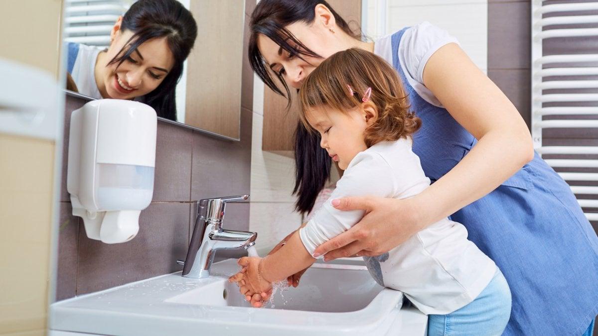 Risultato immagini per lavarsi le mani a scuola