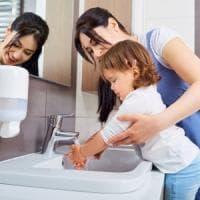 Lavarsi le mani, un gesto che salverebbe ogni anno miglia di vite