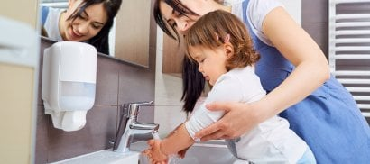 Lavarsi le mani, un gesto  che salva miglia di vite  di M.PAGANELLI   Il decalogo  -  Video