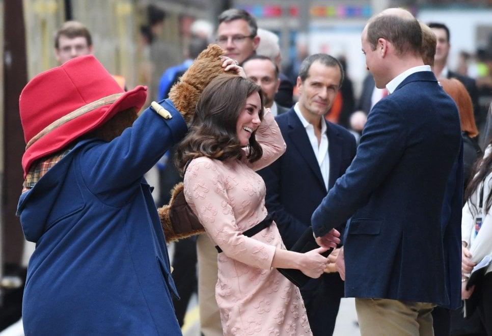 Londra, un ballo con Kate: l'orso Paddington invita la duchessa