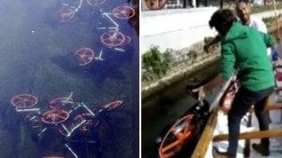 """Le bici a noleggio finiscono""""parcheggiate"""" nel Naviglio"""