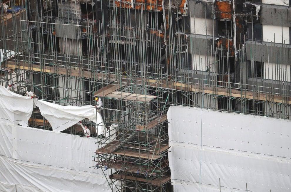 Londra, teli per coprire la Grenfell Tower: iniziati i lavori