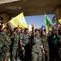 Siria, sorrisi e selfie: i soldati festeggiano la liberazione di Raqqa dall'Isis