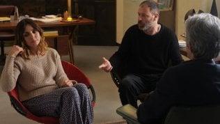 Ambra e Sermonti amanti in terapia: la salvezza in una risata