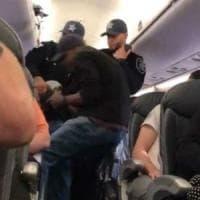 Overbooking United Airlines: polizia licenzia agenti che trascinarono passeggero