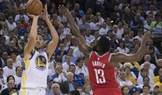 Basket, Nba: Houston guastafeste beffa Golden State, Cleveland piega Boston