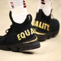 """NBA, la protesta di Lebron James è scritta sulle scarpe: """"Equality"""""""