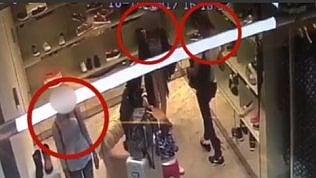 Derubano famiglia di turisti che fa shopping: inchiodate dal video