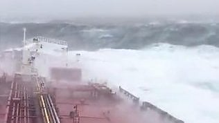 Nave italiana affronta Ophelia:onde giganti viste da petroliera