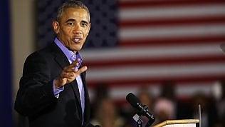 """Obama torna sui palchi elettorali: """"America sveglia, respingiamo questa politica della paura"""""""