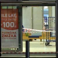 Polonia, colpisce clienti di un supermercato con un coltello: un morto e