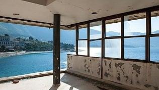 La baia degli hotel fantasma:drone nelle stanze abbandonate