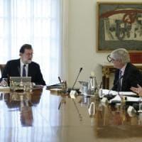"""Catalogna, governo applica art. 155. Rajoy: """"Nuove elezioni entro sei mesi"""". E Barcellona..."""