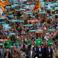 Crisi Catalogna: a Barcellona migliaia di persone manifestano con Puigdemont