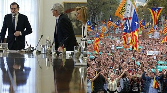 """Catalogna, Rajoy applica art. 155: """"Elezioni entro sei mesi"""". Barcellona scende in piazza. Puidgemont: """"E' un golpe"""""""