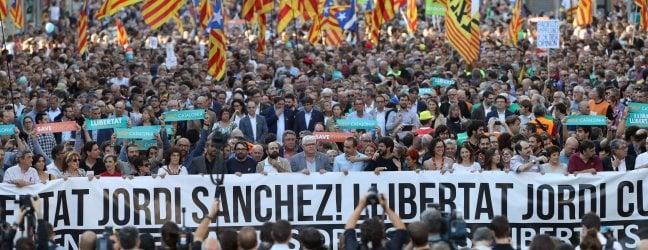 Il corteo di Barcellona in difesa della Generalitat e per la scarcerazione dei due leader indipendentisti arrestati