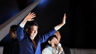 Giappone, stravince la coalizione di Shinzo Abe