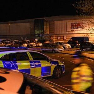 Gb, uomo armato si barrica in un bowling con ostaggi: arrestato. Polizia: