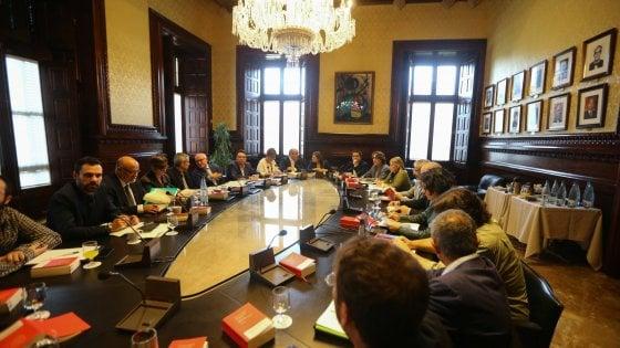 """Catalogna, giovedì il Parlamento risponderà a Madrid. La Cup: """"Mobilitazione di massa"""""""