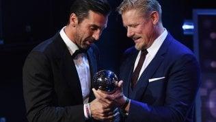 Buffon riceve il premio da Schmeichel