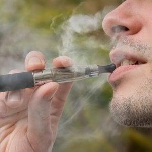Sigarette elettroniche, perché possono danneggiare i polmoni