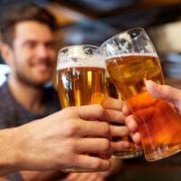 Il trucco per imparare le lingue? Bere (senza esagerare) vino, birra o cocktail
