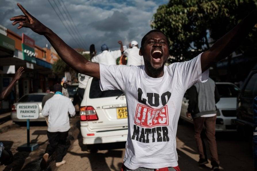 Lanci di pietre, odi tribali e risate nel Kenya sospeso tra inferno e storia