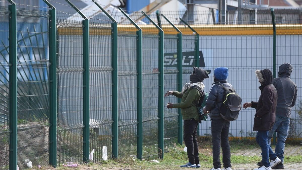 Calais, un anno dopo: migranti senza acqua e bambini abusati