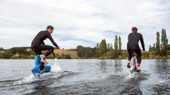 La bici-aliscafo per pedalare sull'acqua
