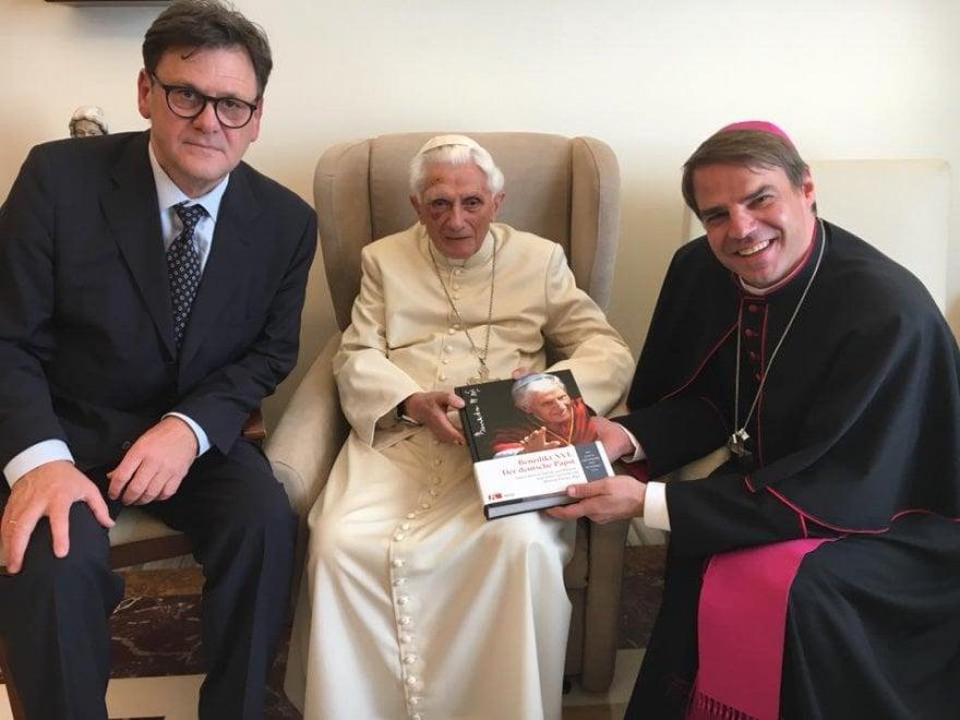 Benedetto XVI cade e si fa un occhio nero: sta bene