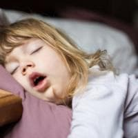 Anche i bambini russano, attenzione alle apnee notturne