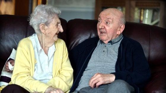 una coppia di anziani mentre chiacchiera seduta su un divano