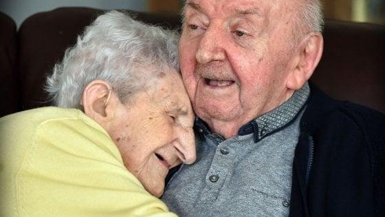 A 98 anni si trasferisce in casa di riposo per assistere il figlio di 80 anni