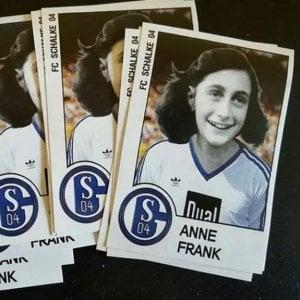 Germania: A Duesseldorf foto Anna Frank con maglia Schalke