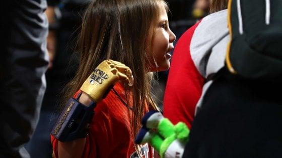 La favola di Hailey, a 7 anni il primo lancio alla MLB con una mano robotica
