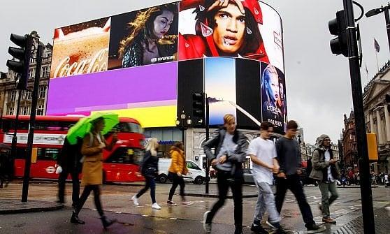 Piccadilly Circus: dopo un anno torna a splendere la pubblicità, ecco il maxidisplay