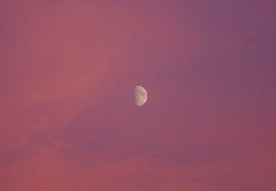 L'aria serena dall'Ovest, così vento e nuvole hanno creato il tramonto-spettacolo