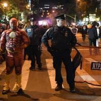 New York, in maschera dopo l'attentato: polizia sorveglia la parata di Halloween