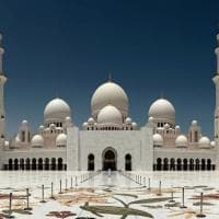 Abu Dhabi, Gentiloni nella grande moschea dello sceicco Zayed: tra vetri di Murano e marmi di Carrara