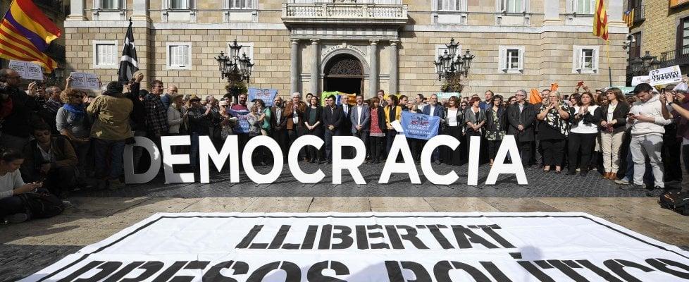 Catalogna, in carcere vicepresidente e 7 ministri. Chiesto mandato d'arresto europeo per Puigdemont
