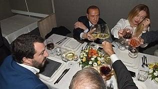 """Berlusconi, Salvini e Meloni siglano il patto dell'arancino: """"Al lavoro per vincere le politiche"""""""